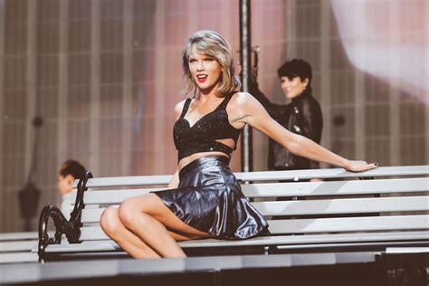 Taylor Swift puts all her music back on Spotify, totally